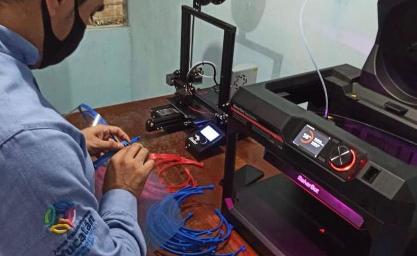 Los prototipos fabricados de las caretas por la UTR son esenciales para que el personal médico realice su labor de forma segura. (Novedades Yucatán)