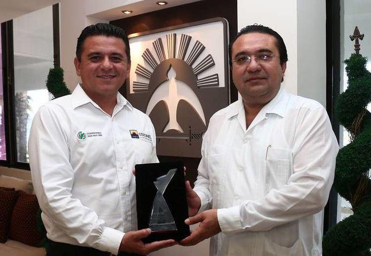 """El presidente municipal de Cozumel, Fredy Marrufo Martín, presentó ante el Cabildo el premio que recibió la administración por """"Buen Gobierno"""". (Redacción/SIPSE)"""