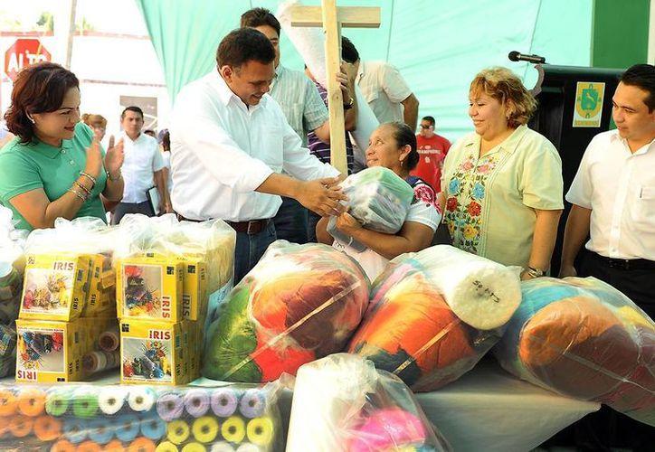 El gobernador Rolando Zapata Bello entrega insumos para mujeres artesanas. (SIPSE)