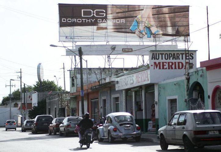Los vientos y turbunadas que afectan a Mérida y sus alrededores ponen en peligro a los ciudadanos ante la caída de un anuncio espectacular. (Milenio Novedades)