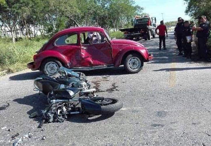 Fuerte impacto se llevó un motociclista luego de impactarse con un vehículo Volkswagen esta mañana. (SIPSE)