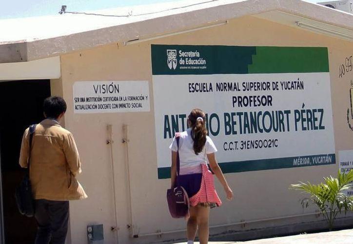 El monto de tres millones 425 mil 940 pesos se distribuirá mensualmente entre mil 212 estudiantes, de seis escuelas normales del Estado. (SIPSE)