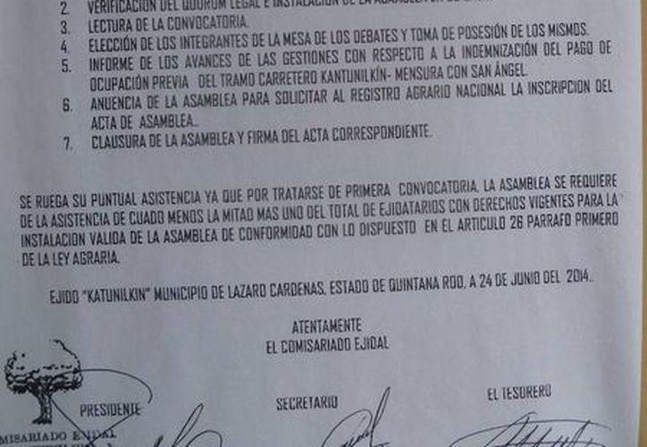 La convocatoria está pegada en diferentes puntos de la ciudad. (Raúl Balam/SIPSE)