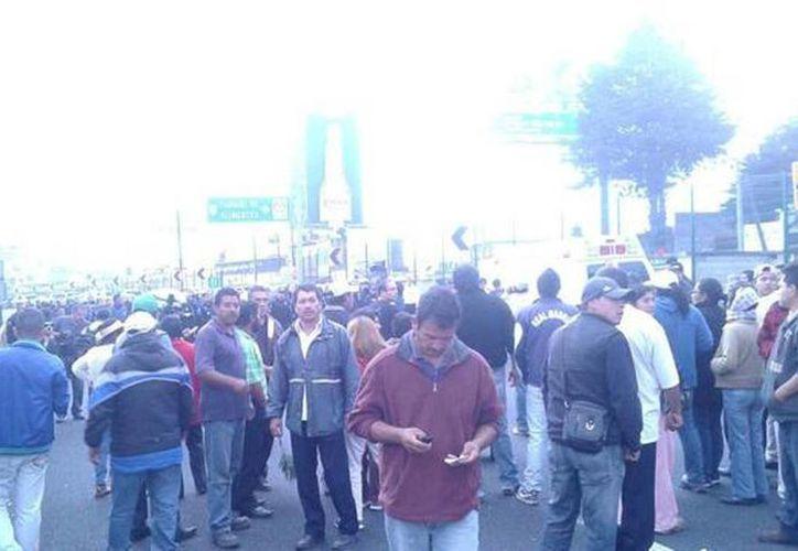 El secretario de Gobierno de Morelos se presentó en el poblado luego que los vecinos bloquearan la autopista del Sol para exigir mayor seguridad. Imagen del lugar de los hechos en el poblado de Tres Marías. (Foto tomada de @salvador_valora)