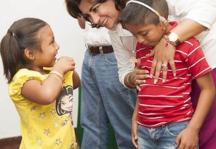 La presidenta del DIF Yucatán, Sarita Blancarte, en la entrega de una de las diademas auditivas. (SIPSE)
