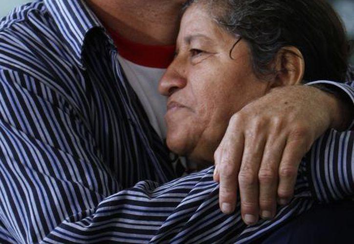 José Salvador Alvarenga abraza a su madre, María Julia, después de su llegada al aeropuerto de la Ciudad de México. (Agencias)