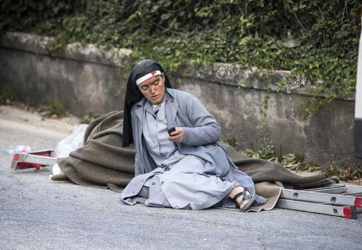 Sin saberlo y sin quererlo, Sor Marjana Lleshi, una monja católica, se convirtió en símbolo de la tragedia en Italia, tras un sismo. (Massimo Percossi/Ansa Latina)