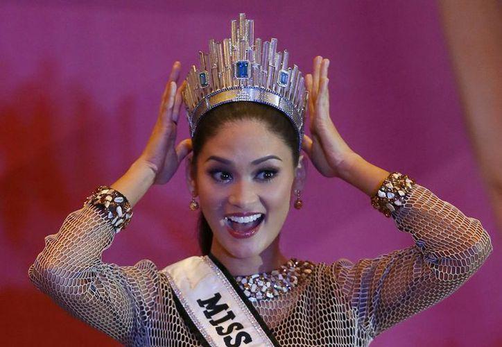 La recién coronada Miss Universo Pia Alonzo Wurtzbach muestra su corona durante una conferencia de prensa. (Agencias)