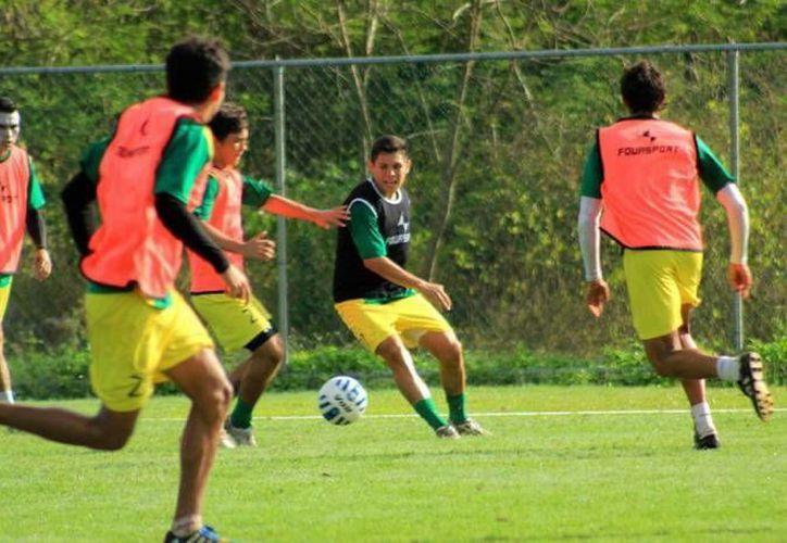 Raúl Suárez (c) hizo al minuto 66 el gol del triunfo del CF Mérida en casa del Atlante. (Foto de archivo de SIPSE)