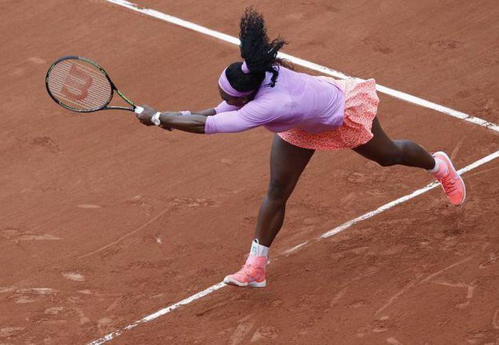 Serena Williams no tuvo mayor problema en eliminar a Andrea Hlavackova, preclasificada 190ª en el Abierto de Francia. (Foto: AP)