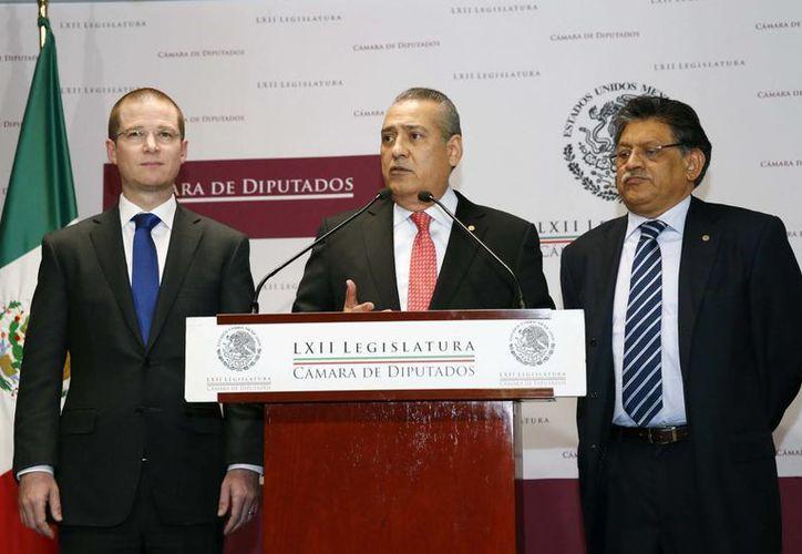 Los coordinadores de los diputados panista, priista y perredista, Ricardo Anaya, Manlio Fabio Beltrones y Miguel Alonso, respectivamente, informaron del acuerdo para la construcción del sistema nacional anticorrupción. (Notimex)