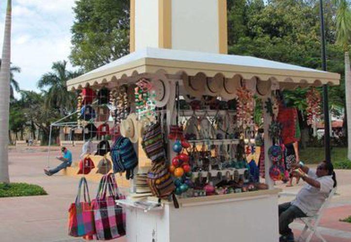 Los vendedores ambulantes del parque Juárez de Cozumel invirtieron en la nueva imagen reglamentaria. (Gustavo Villegas/SIPSE)