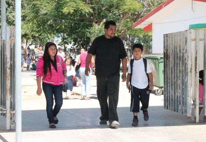 Los padres de familia deberán desembolsar dinero para dos comidas diarios por niño de aprobarse la concesión de los comedores escolares. (Francisco Sansores/SIPSE)