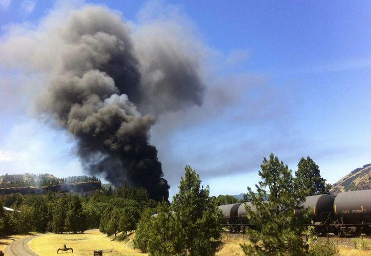 El descarrilamiento de un tren cerca del río Columbia, en Oregon, obligó al cierre de un buen tramo carretero en la zona. (AP)