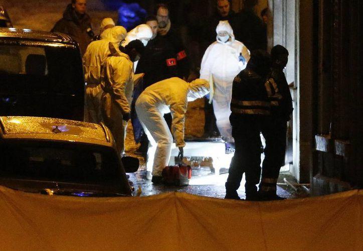 uerzas especiales de la policía trabajan en una calle de Verviers, Bélgica, donde se realizó un operativo antiterrorista. (Agencias)