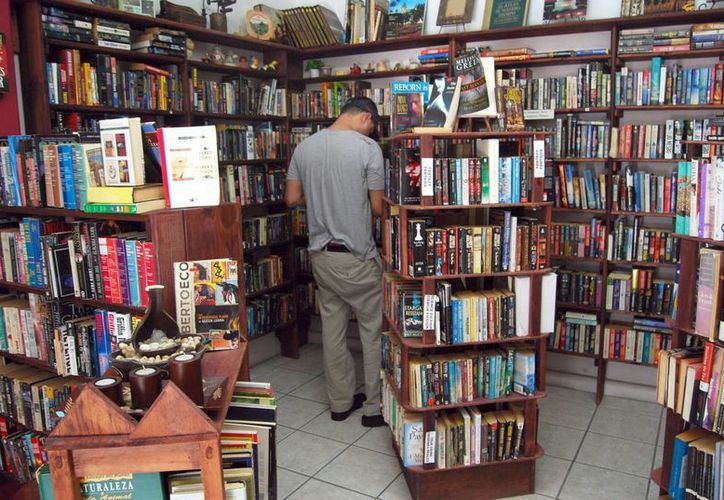 Los jóvenes sólo buscan libros por encargos de las escuelas para luego reproducirlos. (Tomás Álvarez/SIPSE)