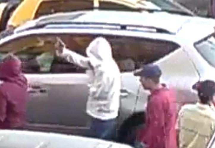 Los asaltantes intentaron romper el vidrio con sus armas. (Foto: Facebook)
