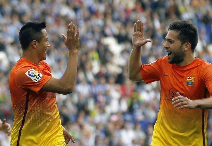 El chileno Alexis Sánchez (i), celebra con su compañero Jordi Alba el gol marcado al Espanyol. (EFE)
