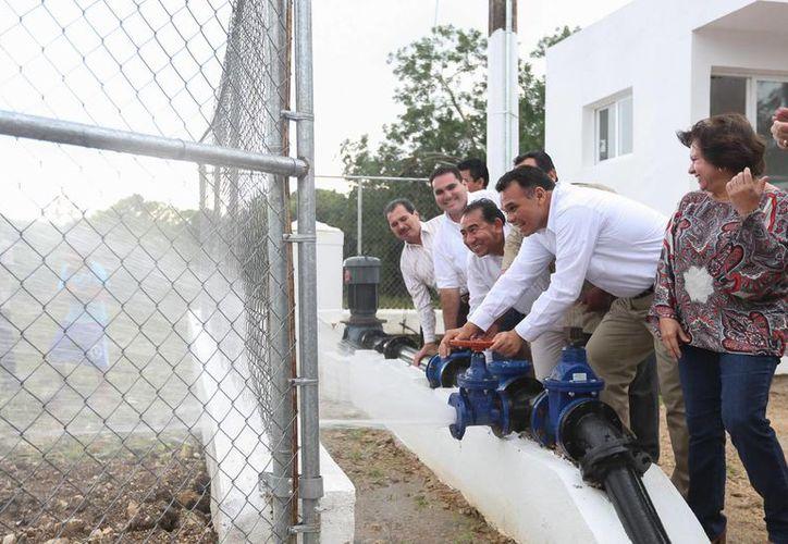 El gobernador Rolando Zapata Bello inaugura la ampliación del sistema de agua potable en La Sierra, Tizimín. (SIPSE)