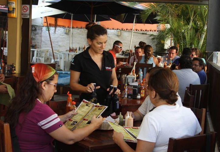 Los restauranteros de Playa del Carmen afiliados a la Canirac, se preparan para la temporada alta de diciembre, donde se contratan paquetes para cenas y diversos eventos navideños. (Daniel Pacheco/SIPSE)