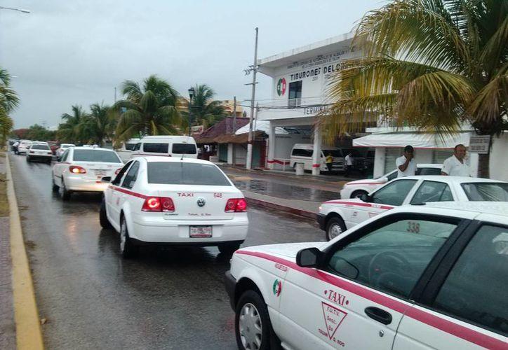 Los taxistas reportan que sus servicios se encuentran en números rojos debido a la temporada baja. (Rossy López/SIPSE)
