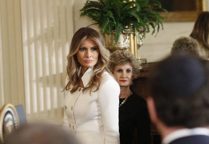 Periodista pide disculpas a la primera dama de EU por llamarla prostituta. Imagen de contexto  de Melania al llegar a la Casa Blanca en Washington, este miércoles, para una conferencia de prensa conjunta con el presidente Donald Trump y el primer ministro israelí Benjamin Netanyahu. (Foto AP)