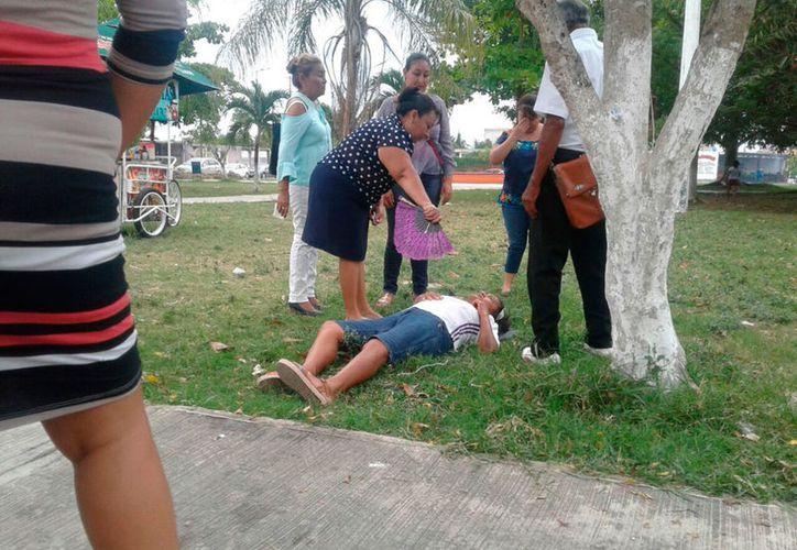 Los feligreses ayudaron a la señora mientras llegaban los servicios de emergencia. (Redacción/SIPSE)