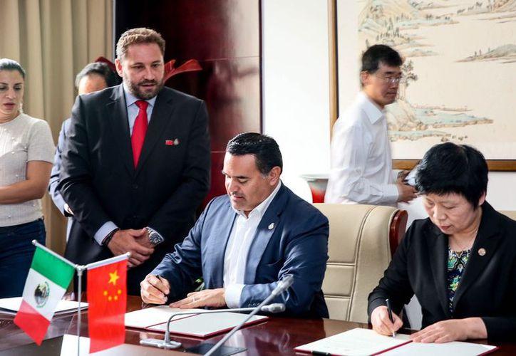El alcalde también presidió una firma de entendimiento y cooperación entre la empresa de energías limpias Tianjin Asia Wide Fantahua New Energy CO. y el Ayuntamiento de Mérida.