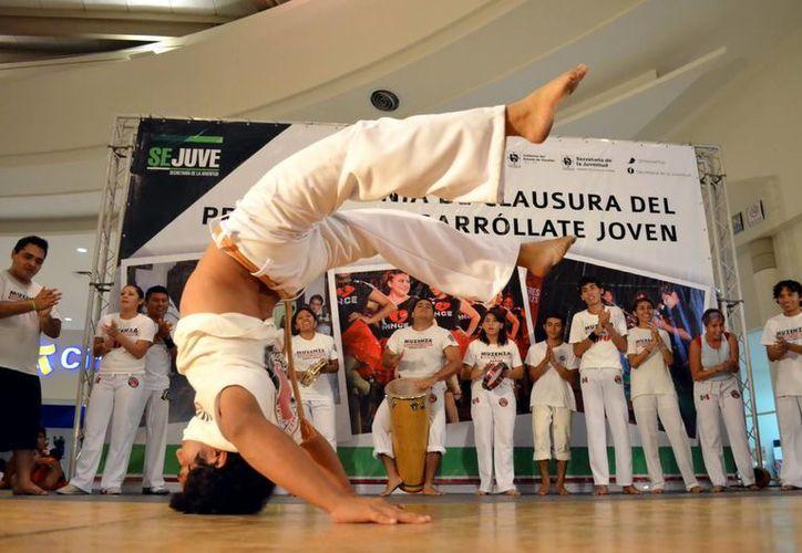 Actividades como capoeira se han impuesto en el gusto juvenil. (Milenio Novedades)