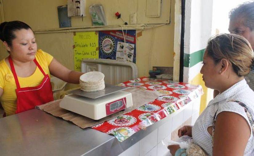 En Profeco por 201 pesos los locatarios pueden obtener los sellos de verificación de las básculas. (Archivo/SIPSE)
