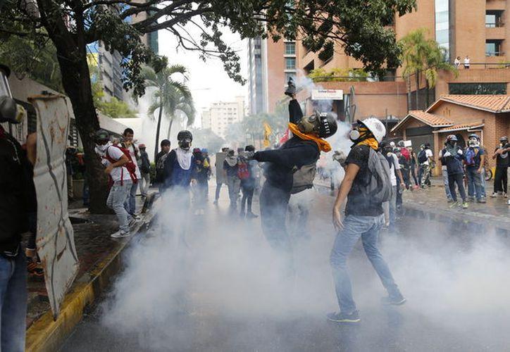 Los manifestantes lanzaron a Bravo, de 33 años, una bomba molotov cuando intentaba evitar una denominada guarimba. (AP).