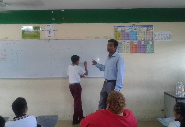 Los alumnos se mostraron entusiasmados al pasar al pizarrón y realizar los ejercicios. (Tomás Álvarez/SIPSE)