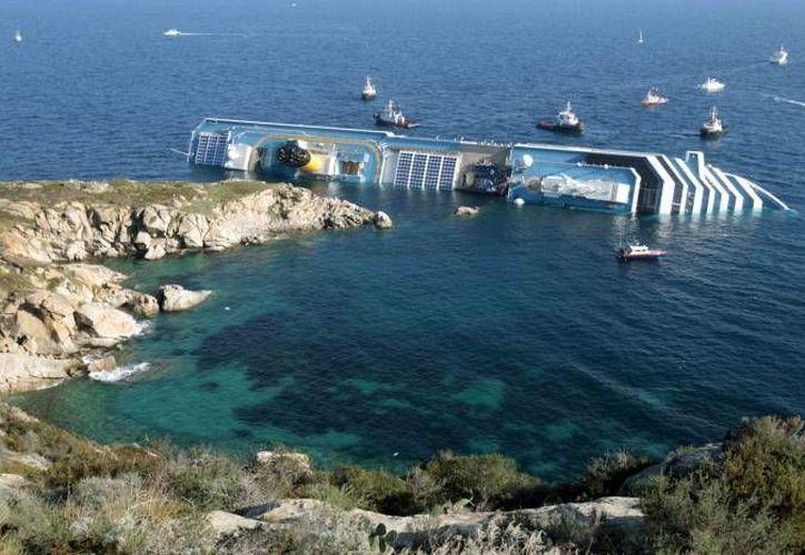 El Costa Concordia cobró la vida de otra persona: un buzo que trabajaba en las labores de rescate. Imagen de archivo del navío, cuando se hundió en enero de 2012. (SIPSE.com)