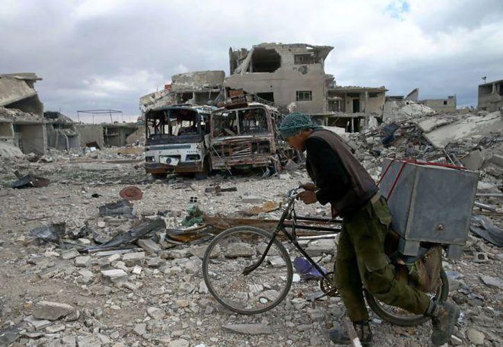 Más de mil 600 personas han muerto durante los combates entre los rebeldes y el ejército sirio. (Reuters)