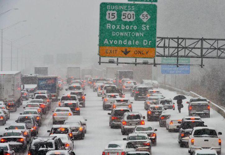 Cientos de vehículos quedaron estancados en las carreteras por la fuerte caída de nieve. (Agencias)