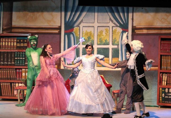 La compañía que recientemente creó Carlos Espejel monta la obra 'Cenicienta' en el teatro Wilberto Cantón, en la Ciudad de México. (Notimex)