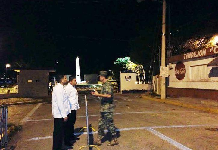 Desde anoche la Base Aérea Militar número 8 se encuentra fuertemente custodiada por la visita presidencial. (César Gozález/SIPSE)