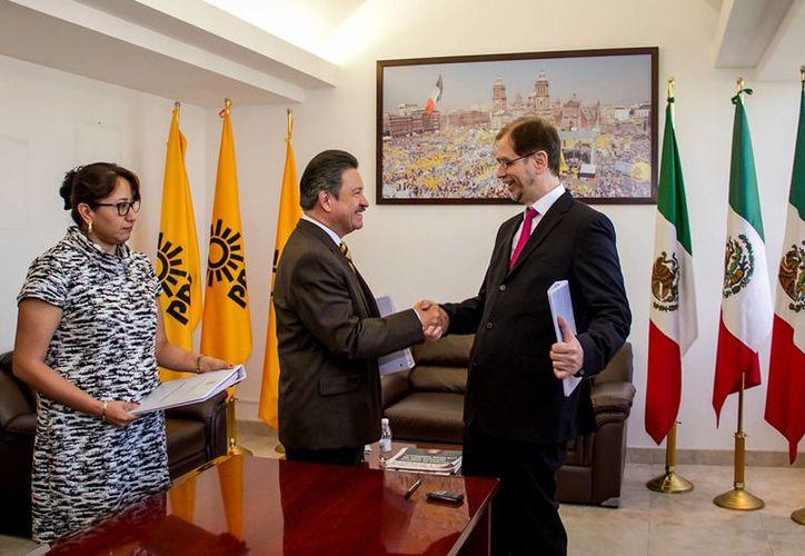 Carlos Navarrete Ruíz y Agustín Basave Benítez firmaron el acta correspondiente a la entrega-recepción de la dirigencia nacional del PRD. (Notimex)