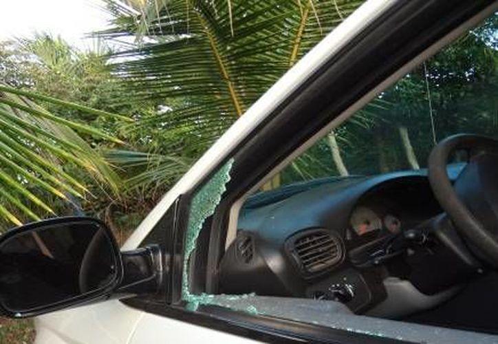 Los vándalos destruyeron las ventanas delanteras de un automóvil Jetta clásico, para sustraer la cantidad de 500 pesos. (Redacción/SIPSE)