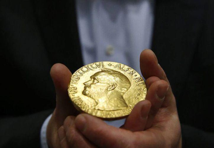 Los Premios Nobel son los premios más esperados por la comunidad científica mundial debido al gran prestigio que otorga a sus ganadores. Están dotados de un diploma, una medalla de oro y una dotación económica de ocho millones de coronas suecas. (salon.com)