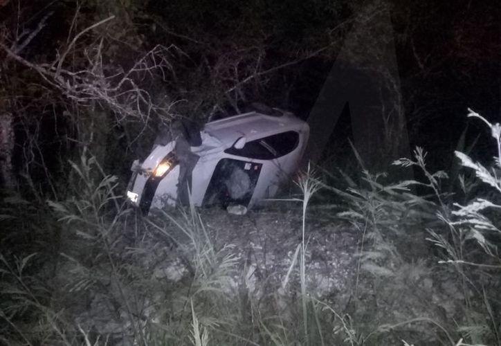 Tan rápido iba el guiador, que sin que otro vehículo lo impactara, se salió de la carretera Mérida Progreso.