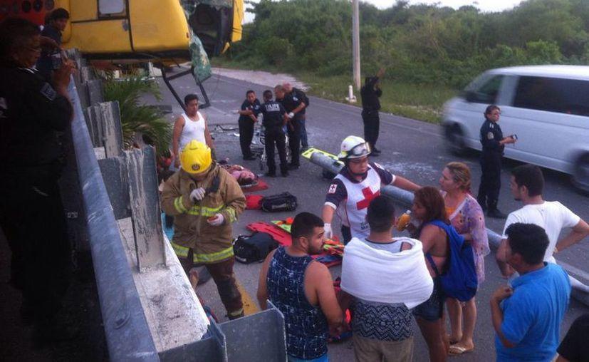 El camión quedó colgando del puente carretero, después de que el chofer perdiera el control del vehículo. (Sergio Orozco/SIPSE)