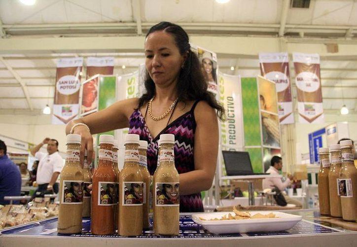 Comerciantes de otros estados llegaron a Mérida para abrir nuevos mercados, como la mujer de la imagen que presenta sus salsas habaneras. (Milenio Novedades)