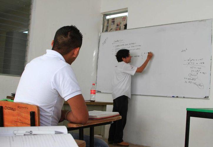 Los maestros reclaman ocho millones de pesos para 800 agremiados en todo el estado. (Foto: Ángel Castilla/ SIPSE)