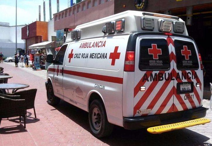 Una ambulancia trasladó al trabajador a una clínica. (Redacción/SIPSE)