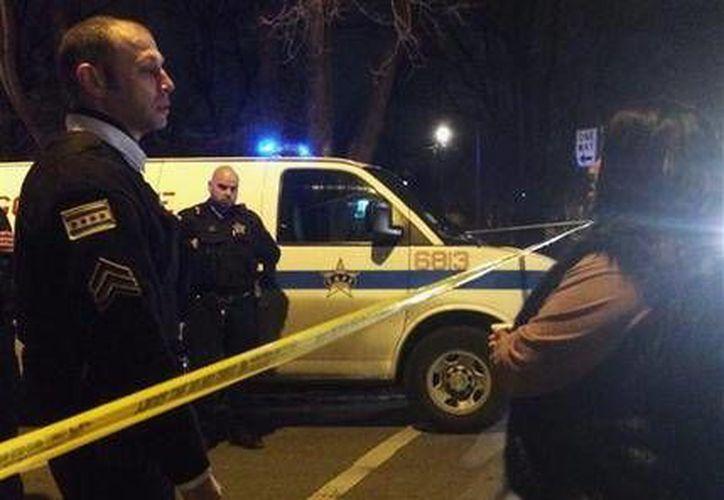 Un agente de la Policía de Chicago baleó a una mujer y un joven en un domicilio después de que acudiera ante una llamada de que había una riña familiar en un departamento del  vecindario West Garfield Park. Ambos heridos murieron después en hospitales diferentes. (AP)