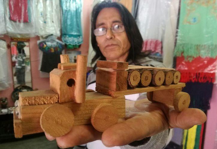Turistas extranjeros son los mayores compradores de estos juguetes hechos a mano. (Foto: Daniel Pacheco/SIPSE)