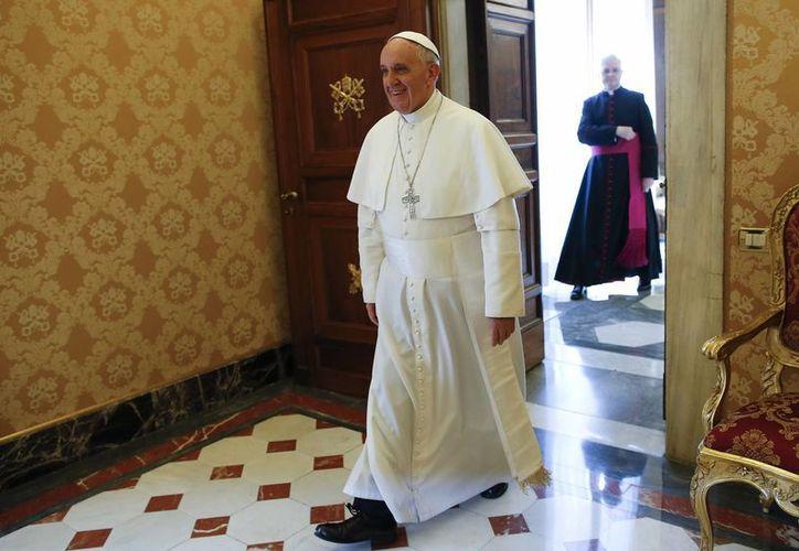 El papa Francisco llega a su audiencia con el presidente de Ecuador, Rafael Correa. (Agencias)