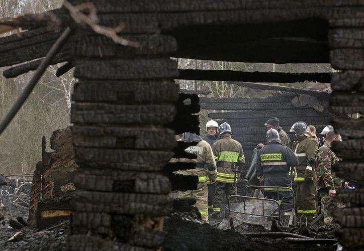 Los bomberos nadie pudieron hacer cuando llegaron: el hospital prácticamente se había consumido. (Agencias)