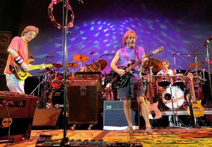 John Mayer y tres miembros de Greateful Dead se han unido para crear una nueva banda, en la foto  Phil Lesh, Bill Kreutzmann, Bob Weir and Mickey Hart durante un concierto en East Troy. (AP)